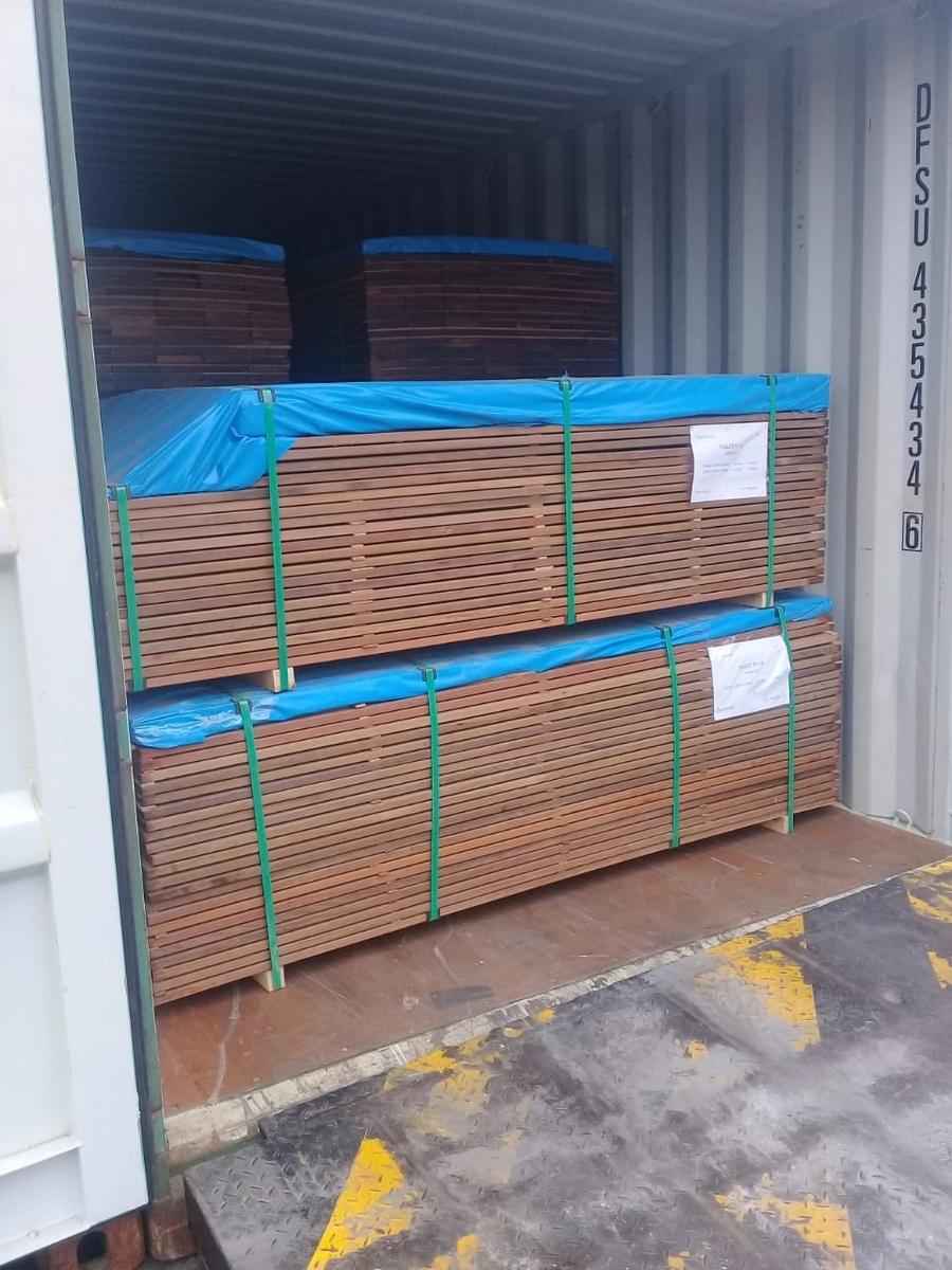 Les container de Cumaru  de Eurodek piles dans le container